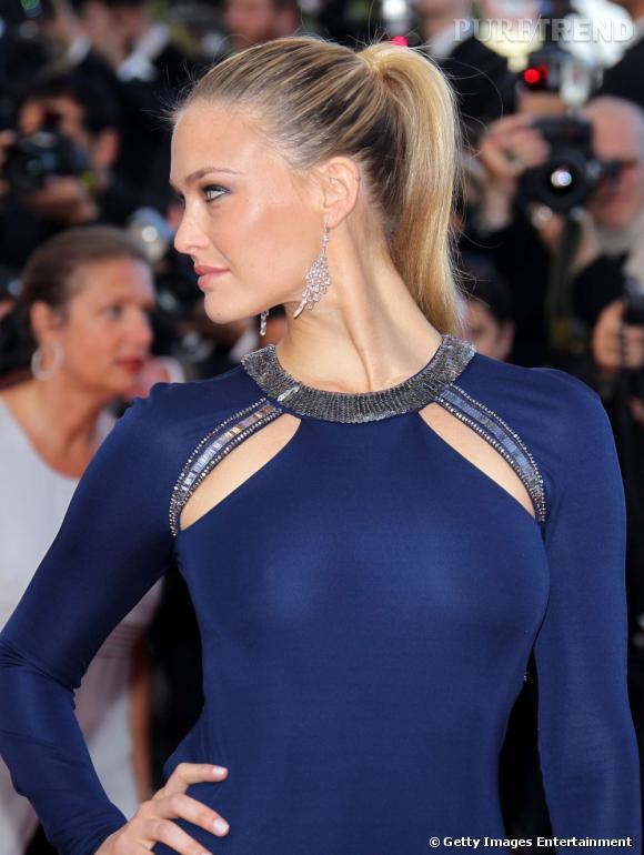 Le mannequin a choisi une robe signée Roberto Cavalli pour arpenter le tapis rouge.