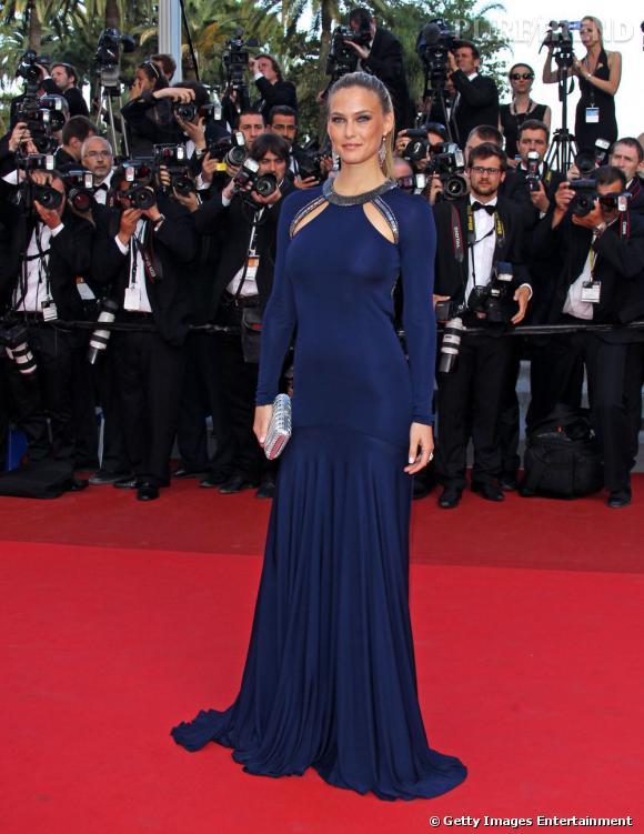 Chic et raffinée, la robe longue transforme Bar en déesse de la Croisette.