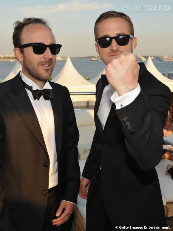 """Pas du genre à rester sérieux en smoking, Ryan aux côtés de Derek Cianfrance, le réalisateur de """"Blue Valentine""""."""