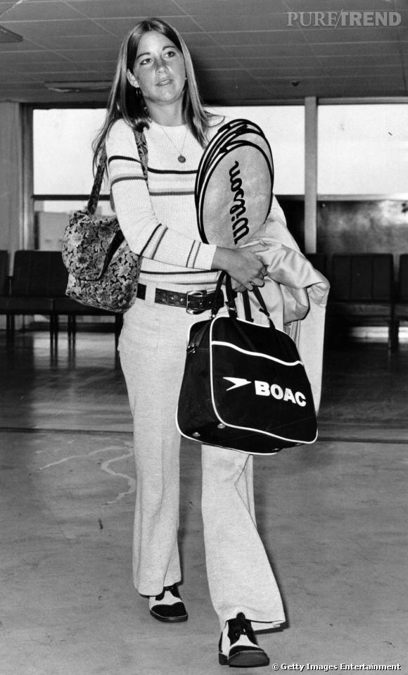 Chris Evert s'illustre très tôt dans le monde du tennis en disputant la finale de Roland Garros à 18 ans. Crinière lisse et lookée à la mode des 70's, elle est ravissante.