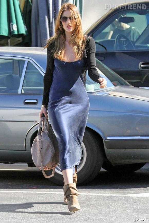 Rosie Huntington-Whiteley, à Los Angeles, vêtue d'une longue robe en soie.