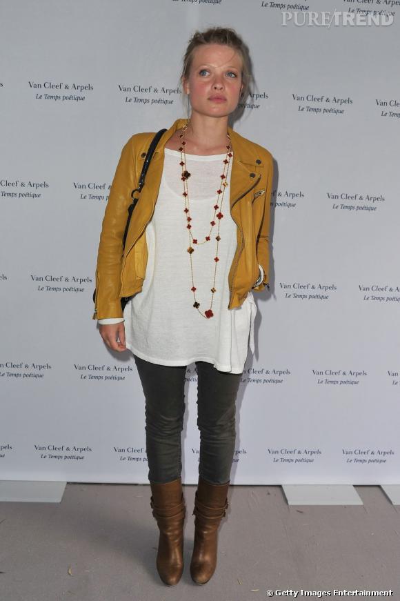 L'actrice porte un perfecto moutarde qui donne du piquant à sa tenue.