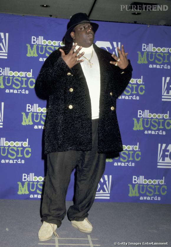 """Notorious Big.   L'histoire :     une interminable guerre opposant la West Coast à East Coast. Le genre de clash où jamais personne ne saura qui a réellement commencé. Ce qui est sûr, c'est que dans la chanson """" Hit'Em Up """", Tupac se ventait d'avoir couché avec la femme de Notorious ("""" You claim to be a playa but I fucked your wife"""").  Lorsque l e  rappeur fut assassiné en 96, Notorious Big fut le premier  suspect de la liste mais a toujours refusé de coopérer. Quelques temps après, il est tué à son tour, de quoi calmer les membres des deux """"gangs"""". Comme quoi, les petits clashs peuvent aller très loin."""