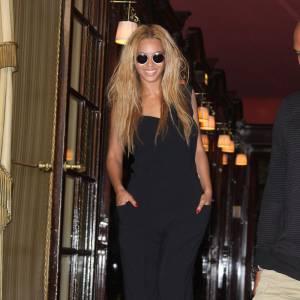 """Beyonce. L'histoire : Beyoncé semble fatiguée par les looks de Lady Gaga, et a même affirmé qu'il fallait avoir un minimum de bonne conduite lorsque l'on est invitée à une soirée. Lors des Grammys Awards, Lady Gaga est arrivée dans un oeuf géant. Ce fut la goutte d'eau qui fit déborder le vase. Beyoncé a alors dit : """" je trouve qu'il est de mauvais goût que Gaga essaye constamment  d'attirer l'attention avec ses accoutrements ridicules."""" Beyoncé aurait ainsi l'intention de remettre cette """"égoïste égocentrique"""" à sa vraie place. Simple jalousie ou réel différend ?"""