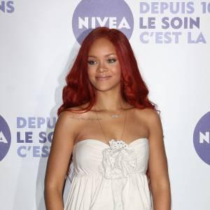 """Rihanna. L'histoire : un clash 2.0 pour les deux chanteuses qui ne cessent de se lancer des piques sur Twitter. Ciara a débuté la guerre en disant : """"Je l'ai croisée récemment à une fête et elle n'a pas été vraiment  agréable, et c'est fou parce que j'ai toujours aimé et respecté son  implication dans la mode. Je l'ai déjà croisée auparavant, mais cette  fois ce n'était clairement pas la rencontre la plus agréable qui soit."""" Rihanna a alors tout de suis répondu sur Twitter """"Désolée, est-ce que j'ai oublié de te donner un pourboire ?"""" Aie ! Visiblement peu inspirée, Ciara a rétorqué """"Crois-moi Rihanna, tu ne veux pas me voir sur ou en dehors de la scène."""" La réponse de la chanteuse protégée de Jay Z fut immédiate : """"T'es une gangsta huh ?  Bonne chance pour remplir la scène dont tu parles."""" Alala... Les crêpages de chignon..."""