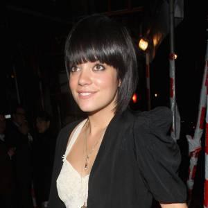 """Lily Allen. Les raisons : c'est une rivalité qui dure, qui dure... Lily Allen a commencé a déclarer la guerre en disant : """"Je sais que c'est une version américaine de moi. Le Label le disait : Il  nous faut quelqu'un de controversé et de loufoque comme Lily Allen."""" Il n'en a pas fallu plus pour Katy Perry, qui s'est immédiatement décrite comme étant """"Amy Winehouse en plus grosse, et Lily Allen en plus mince."""" Aie ! Lily a répondu le lendemain """"T'es pas anglaise et t'écris pas tes propres chansons, alors la ferme !"""". Quelques jours plus tard la petite british a renchéri sur Facebook en écrivant ceci : """"J'ai le numéro de Katy Perry. Quelqu'un m'a fait cette faveur. J'attends  juste  qu'elle ouvre sa bouche une fois de plus pour le mettre sur  Facebook. Je hais Katy Perry et sa chanson débile """"I Kissed a girl"""". Katy Perry ? Mais pour qui elle se prend ?"""" Une guerre sans fin on vous dit..."""