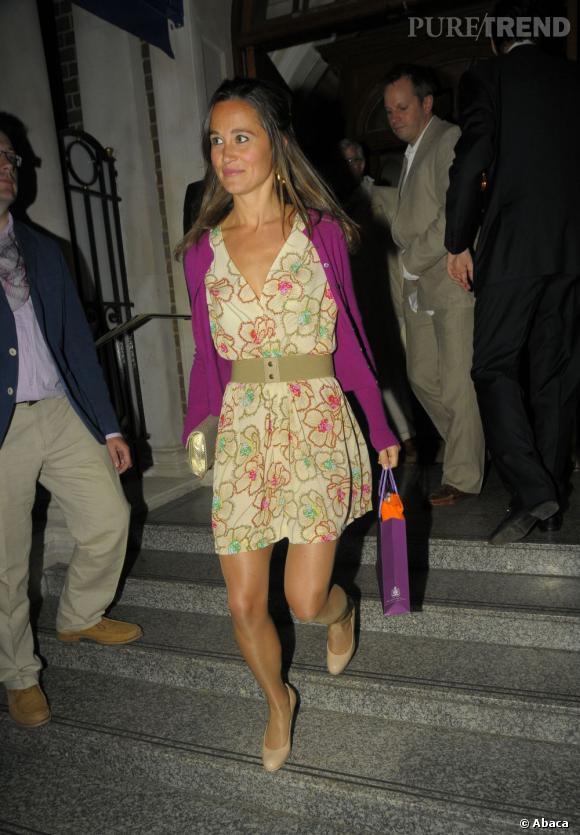 La belle porte une robe crème qu  039 elle ceinture à la taille pour 977ce472be4