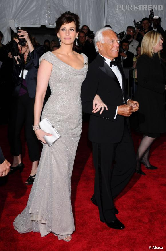 """Le meilleur """"Red Carpet"""" :   au bras de Gorgio Armani, Julia est tout simplement sublime dans cette robe grise rebrodée de perles. Une vraie pretty woman !"""