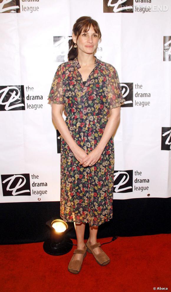 """Le pire """"red carpet"""" :   Pour le gala des comédiens, Julia mise sur une robe vieillotte à imprimés fleuris. Grave erreur. Et puis, d'où viennent ces chaussures immondes à bouts carrés ?"""