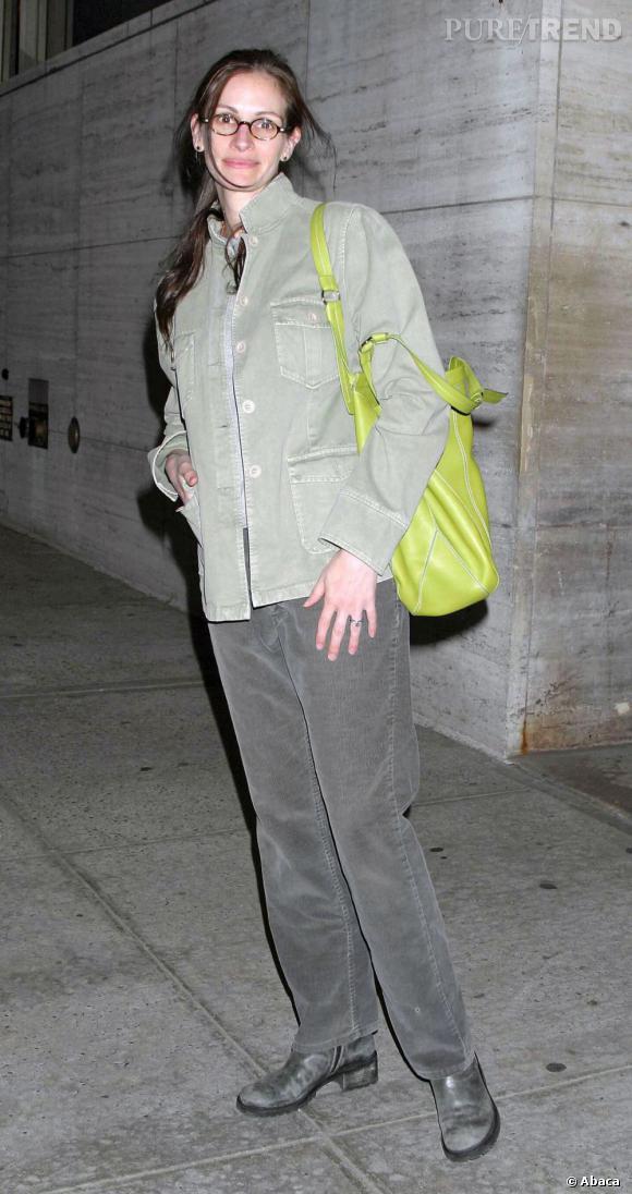 """Le pire """"look de rue"""" :   Au secours. Démaquillée, le cheveu terne, un sac vert pomme et des vêtements informes : le pire look de l'histoire de l'actrice."""