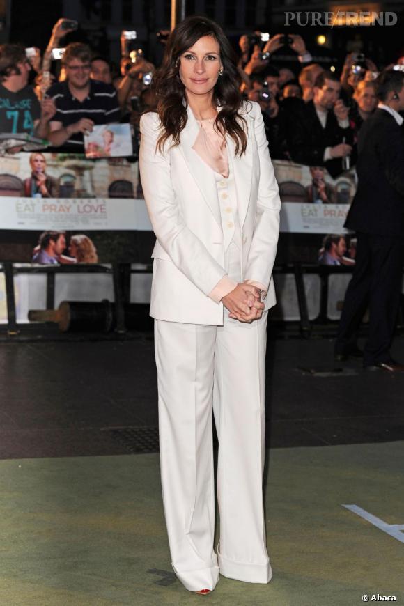 """Le meilleur """"costume"""":   Blanc, parfaitement coupé et à col V, cet ensemble illumine la chevelure brune de l'actrice tout en lui donnant de l'allure."""