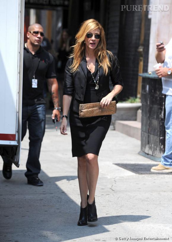 """Le meilleur """"look de rue"""" :   petites bottines, robe noire ajustée d'un boléro et pochette en python font de l'actrice une modeuse au sens du style bien aiguisé."""