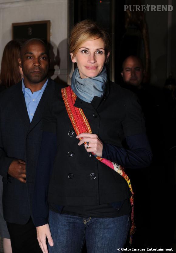 """Le pire """"accessoire"""" :   La besace rouge, façon écharpe de Miss France n'est pas du meilleur goût. Pas vraiment classe, et pas vraiment à la mode. Alors pourquoi ?"""