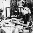 En vacances à Capri, elle opte pour un foulard blanc avec toujours ses légendaires lunettes ovales.