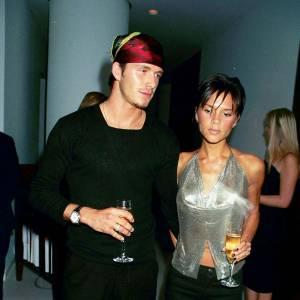Première apparition officielle ensemble : En 1999 une pop star tombe amoureuse d'un footballer. Et pas n'importe quelle pop star puisqu'il s'agit de Victoria, leader des Spice Girls. Look kitsch oblige, les Beckham arborent ici un look purement 90's.