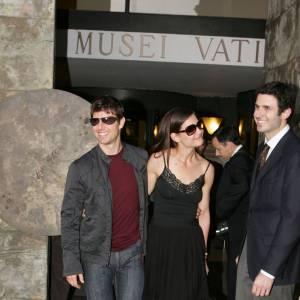 Première apparition officielle ensemble : en 2005, Katie Holmes et Tom Cruise font leur première apparition ensemble à Rome (c'est plus romantique). Pour l'occasion, ils jouent sur la simplicité de monsieur et madame tout-le-monde. Dans une simple robe noire, Katie est ravissante, tandis que Tom mise sur le denim.