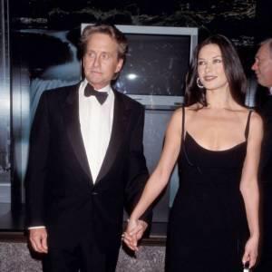 Première apparition officielle ensemble : en 1997 aux EPSY Awards Catherine Zeta Jones et Michael Douglas font leur effet. Dans un look so 90's, ils parviennent à être dans l'air du temps aujourd'hui encore (sobriété oblige). Elle en longue robe noire et lui en costume, on aime.