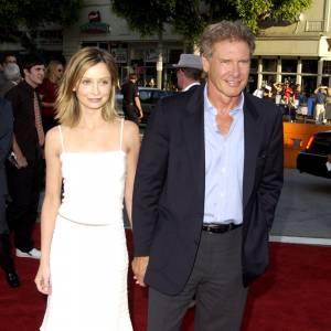 Première apparition officielle ensemble : Calista Flockhart et Harrison Ford jouent les couples discrets en 2002. Elle en robe blanche et lui en costume bleu et gris.