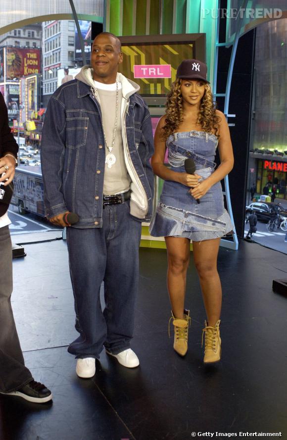 Première apparition officielle ensemble :  Beyonce et Jay-Z en 2002 font fureur. Lorsqu'une star du r'n'b s'amourache d'un rappeur, ça fait forcement des étincelles. Total look denim, casquette et bottines en daim, le look westcoast est dans la place.