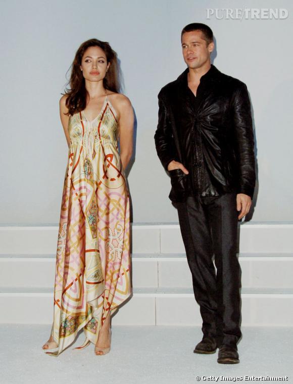 """Première apparition officielle ensemble :  en 2005 après le tournage de """"Mr & Ms Smith"""", les médias comprennent peu à peu qu'il se trame quelque chose entre Brad Pitt et Angelina Jolie. Ils officialisent leur relation à Las Vegas lors d'une soirée. Lui en noir et veste légèrement lamée, elle en robe de soie aux imprimés orientaux... On n'est pas convaincu."""