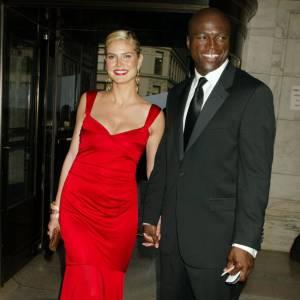 Première apparition officielle ensemble : en 2004 aux CFDA, Heidi Klum et Seal ont fait sensation. En longue robe rouge ultra glamour, le top est divine. Idem pour lui, dans son costume très élégant.