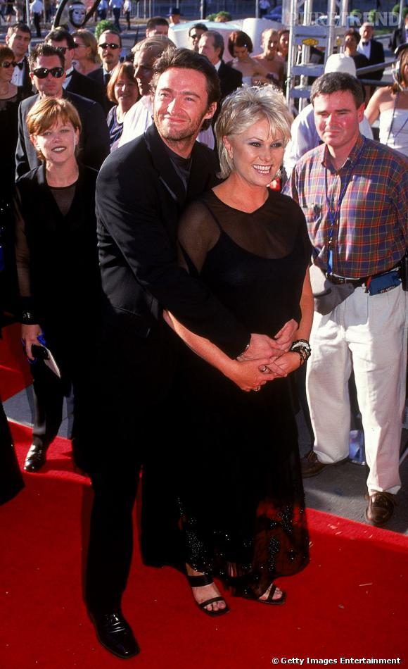 Première apparition officielle ensemble :  en 1999 en Australie Hugh Jackman et Deborra-Lee Furness s'affichent ensemble. Un brin démodée, elle porte une longue robe à double épaisseur transparente et opaque. Lui, en costume simple reste craquant. Injustice...