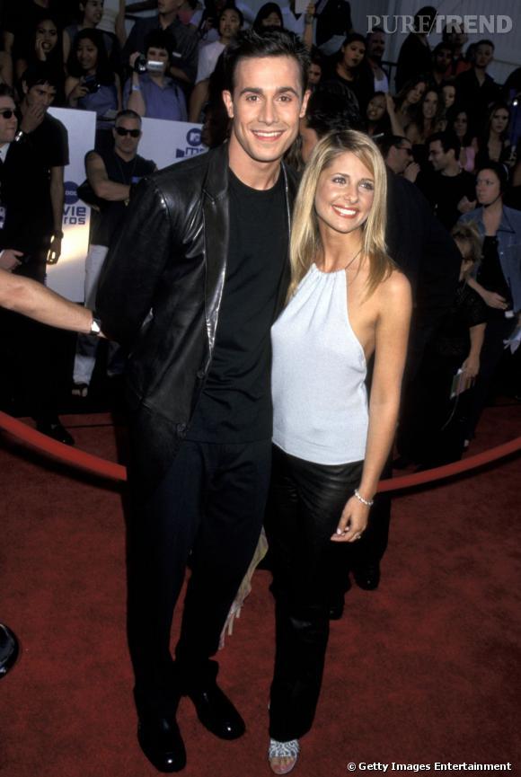 Première apparition officielle ensemble :  Sarah Michelle Gellar et Freddie Prinze Jr. sont définitivement LE couple emblématique des années 90. Et on ne déroge pas à la règle, top dos nus et pantalon de cuir à l'appui. On est Buffy où on est pas.