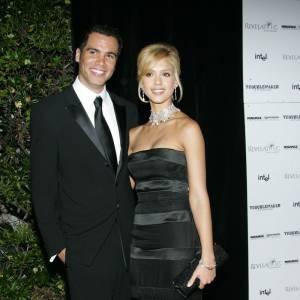 Première apparition officielle ensemble : en 2005, Jessica Alba joue les sirènes blondes au côté de son homme, Cash Warren. Robe longue et noire et cou orné d'un collier xxl, l'actrice est superbe. Idem pour Cash, très élégant.