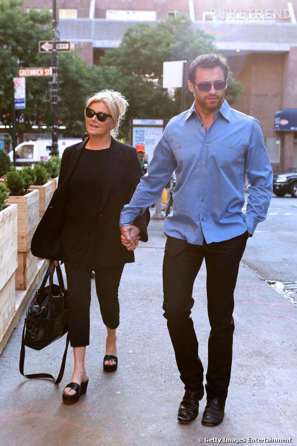Dernière apparition officielle ensemble :  plus simple, le couple fait plus d'étincelles. Lui en chemise bleue et slim noir, elle ultra sobre, on préfère.    Résultat :  Hugh Jackman et sa femme s'embellissent !