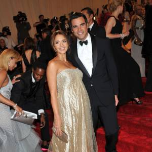 Dernière apparition officielle ensemble : Au Costume Gala de New York, le couple était au sommet de sa splendeur. Elle dans une longue robe irisée, lui en costume noeud pap'. Résultat : c'était bien avant, mais c'est mieux maintenant !