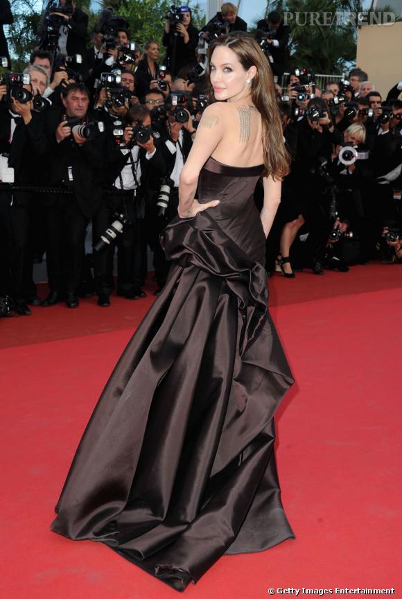 Angelina Jolie reste l'une des stars les plus tatouées. Son dos est orné de six coordonnées géographiques qui représentent chacune l'un de ses enfants. Mais on compte également un immense dragon tribal sur son dos ou encore une croix noire, qui orne son aine gauche.