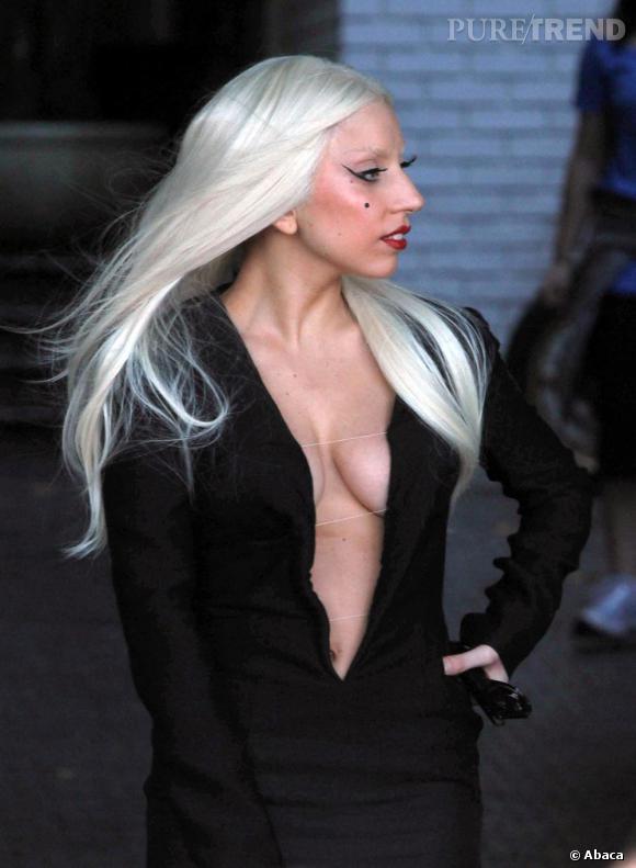 Lady Gaga devant le Chateau Marmont à Los Angeles, très peu frileuse.