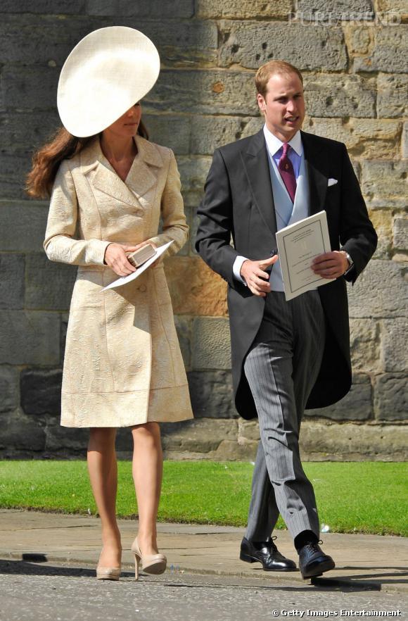 Juillet 2011 au mariage de Zara Phillips. Kate Middleton se cache derrière son immense chapeau. Serait-ce parce qu'elle porte la même robe qu'il y a ....5 ans ?