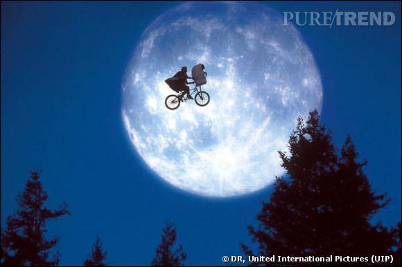 """E.T. l'extra-terrestre, 1982 Monument de Spielberg, oeuvre la plus connue du réalisateur, """"E.T."""" regroupe à lui seul toutes les caractéristiques du film des années 80 : une bande de jeunes contre la logique des adultes, de l'action, des bons sentiments et de la science-fiction qui laissaient des paillettes dans les yeux. Même si la scène du placard reste toujours traumatisante."""