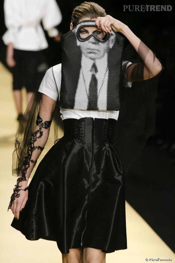 Karl Lagerfeld fait naître la légende lors du défilé Printemps-Eté 2009 de sa marque éponyme, avec un sac masque à son effigie.