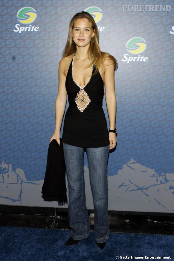 Jeans sans forme, top trop long et le beauty look en berne, la jeune femme est loin de ses apparitions parfaites d'aujourd'hui.