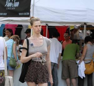 Pas vraiment inspirée, Elettra arbore une jupe short à fleurs et un top ultra casual.