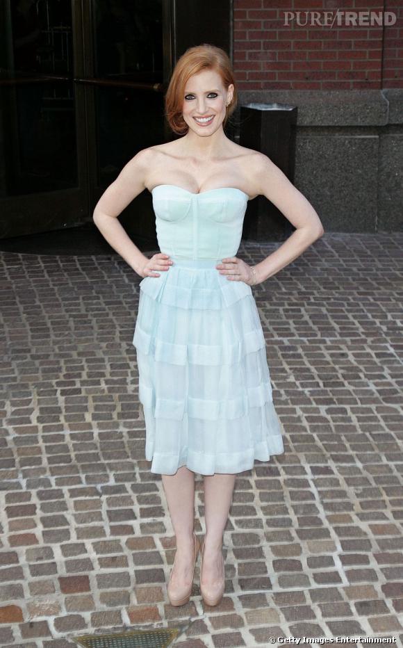 """Jessica Chastain, romantique dans une robe bustier bleu pastel pour la première de """"The Debt"""" à New York."""