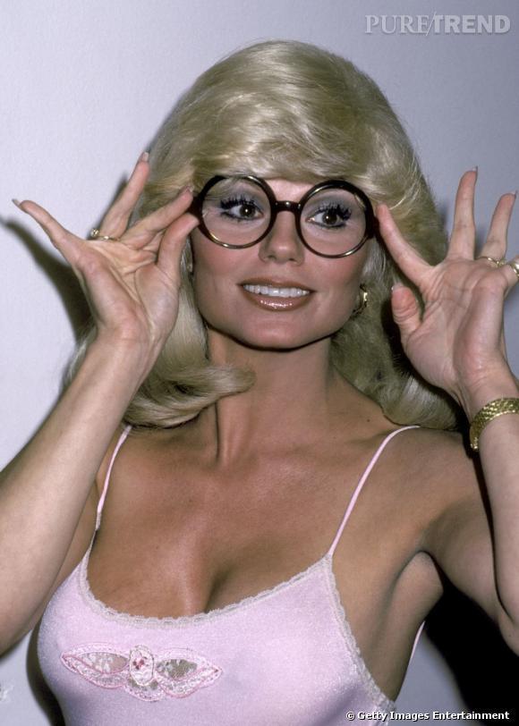 Comment se maquiller quand on porte des lunettes ?     Exemple n° 3 :    On ne fait rien comme cette dame. Lunettes + mascara + gloss + decolleté = véritable femme à lunettes, femme à...
