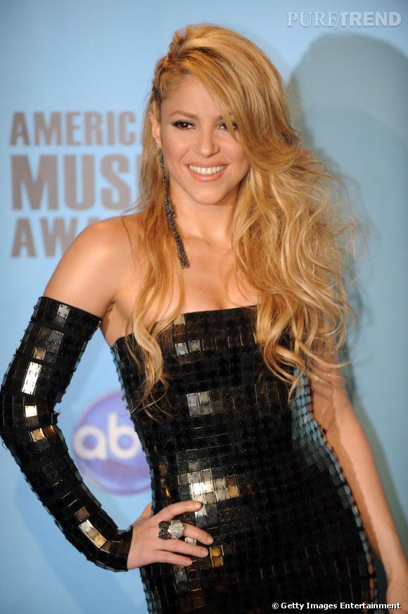 Pour fouler le tapis rouge,  Shakira  se la joue diva avec un wavy tendance  side hair . L'originalité : une raie sur le côté pour doper le volume.