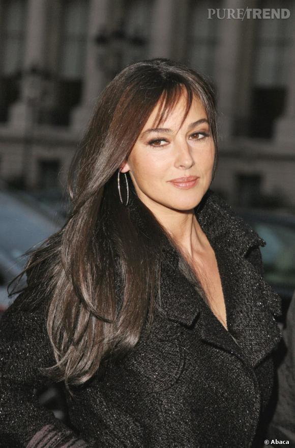 En matière de chevelure,  Monica Bellucci  est adepte de naturel. Elle mise tout sur sa coupe de cheveux longs lisses et très brillants pour lui faire un look glamour.