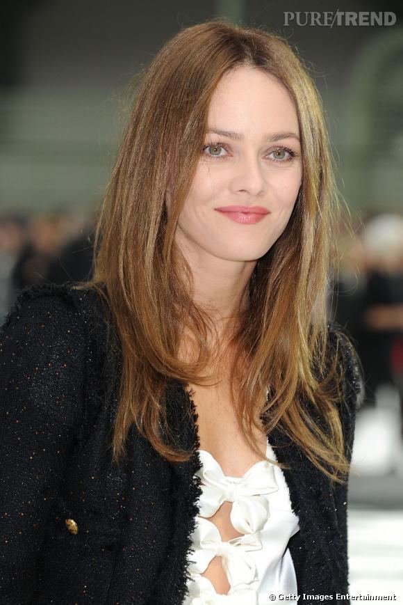Vanessa Paradis  sait se mettre en valeur avec une coupe de cheveux longs lisses. Un style très nature et féminin qui lui va comme un gant.