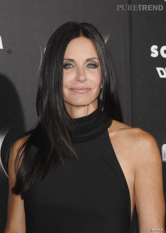 """Comme sa copine Jen',  Courteney Cox   est adepte des bons classiques. Depuis la fin de """"Friends"""", elle affiche une longue chevelure noir corbeau, qu'elle discipline ici avec un lissage parfait."""