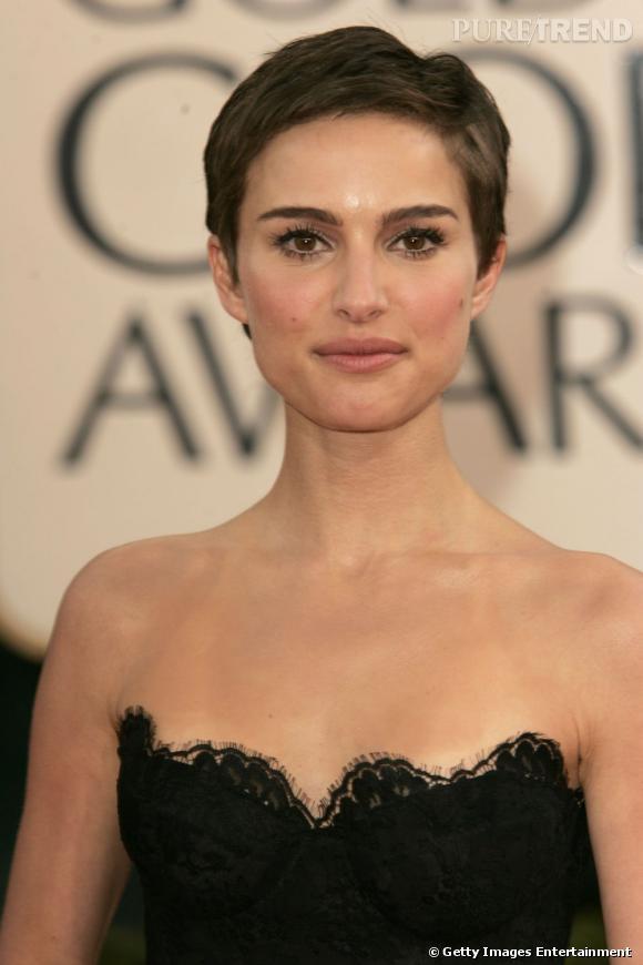 Avec son visage fin et ovale, Natalie Portman peut se permettre cette coupe de cheveux courts à la garçonne qui met en valeur sa silhouette gracile.