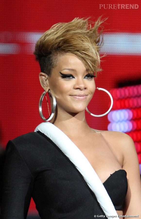 En habituée des  changements de looks  capillaires, Rihanna a essayé le court, ici version banane rock 'n' roll.