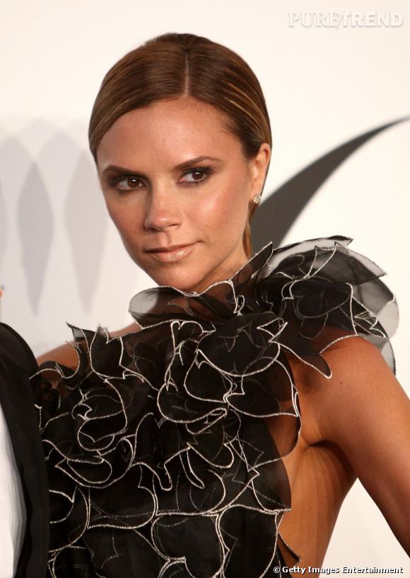 Victoria Beckham  adopte le court version ultra-lisse et plaqué, qu'elle mixe avec une robe très féminine pour un look féminin-masculin.