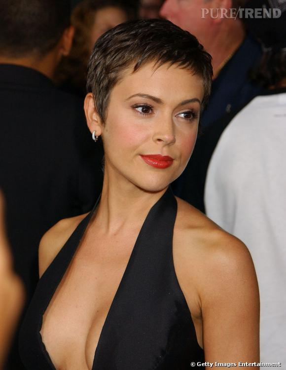 """La sorcière de """"Charmed"""" délaisse sa longue chevelure wavy pour le très court. Coup de chance pour  Alyssa Milano , même en garçon manqué elle est sexy !"""