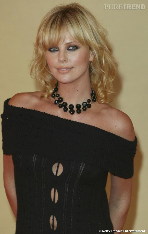 La belle Charlize Theron adopte les boucles pour customiser son carré long frangé. Résultat, une allure sexy idéale sur le red carpet.