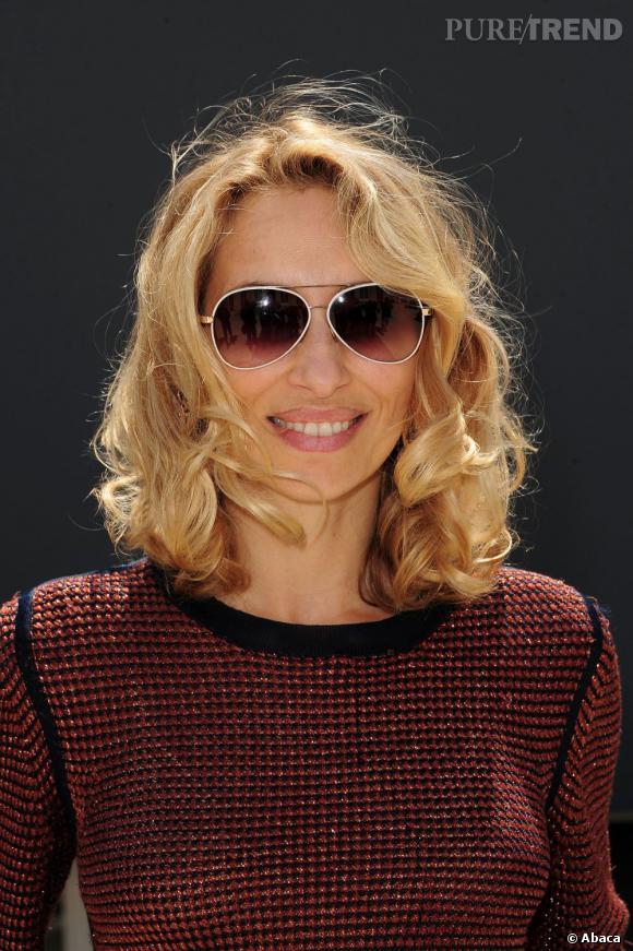 En sa qualité de spécialiste mode,  Alexandra Golovanoff  se doit d'adopter les tendances capillaires. C'est donc avec un carré mi-long wavy que la journaliste pose devant l'objectif.