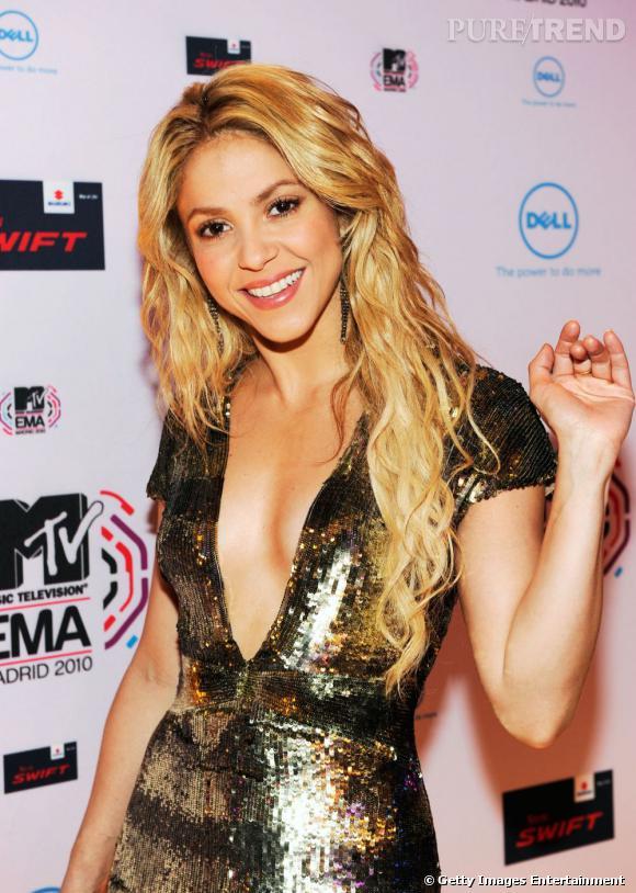 Abonnée aux chevelures sauvages de tigresse,  Shakira  se sépare rarement de sa coupe de cheveux bouclés. Sa crinière wavy, c'est sa marque de fabrique, tout autant que ses roulements de hanches.